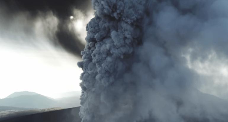 Obejrzyj: dron robi niesamowite ujęcia erupcji wulkanu!