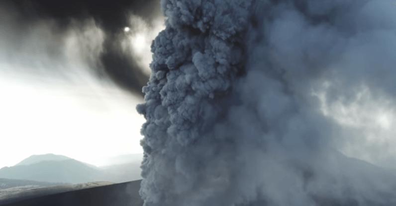 dron fotografujący wulkan