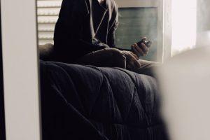 Smartfon pod poduszką - ile czasu spędzamy z telefonem